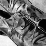 Zapatos dibujados con carboncillo y carbón prensado sobre papel por Nathalie Pebay
