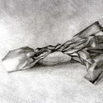 Bolsa de papel dibujada con lápiz de grafito sobre papel con base de carboncillo por Claudia Vernier