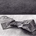 Bolsa de papel dibujada con lápiz de grafito sobre papel con base de carboncillo por Jane Brown