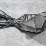 Bolsa de papel dibujada con lápiz de grafito sobre papel con base de carboncillo por Agustí Vilella